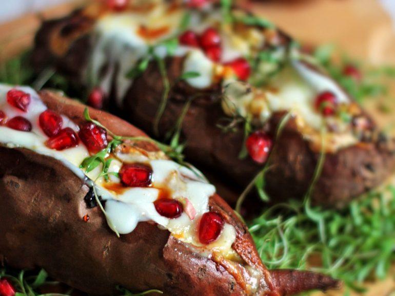 Batatas doces recheadas com queijo e romã